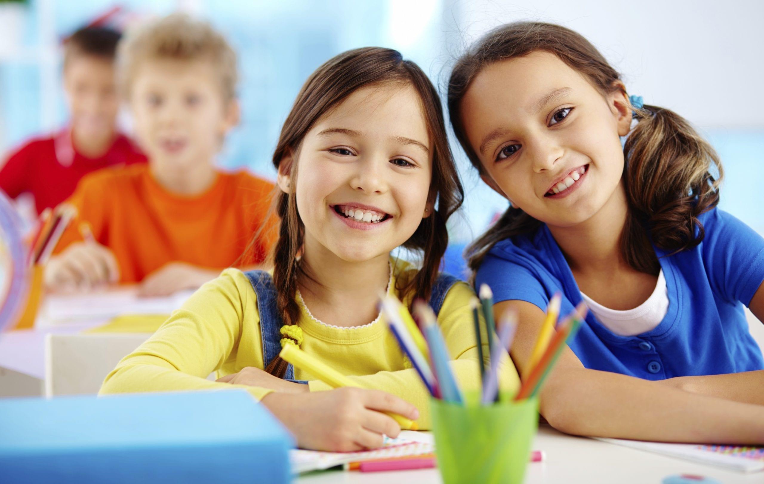 ילדים יושבים בכיתה